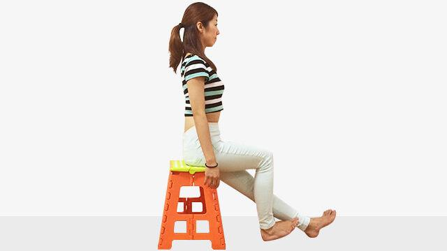 椅子に浅めに座ってデスクで体幹強化と足のむくみとり運動-05
