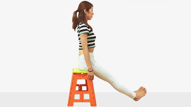 椅子に浅めに座ってデスクで体幹強化と足のむくみとり運動