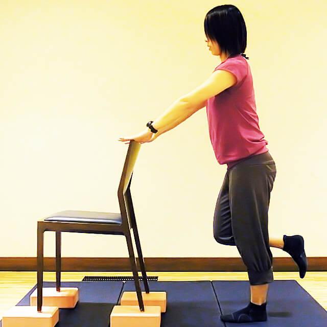 徹底的に太ももにすきまを作る「椅子を使ったエクササイズ」-01