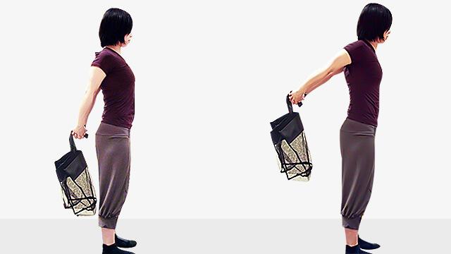 買い物袋を使った背中の引き締め