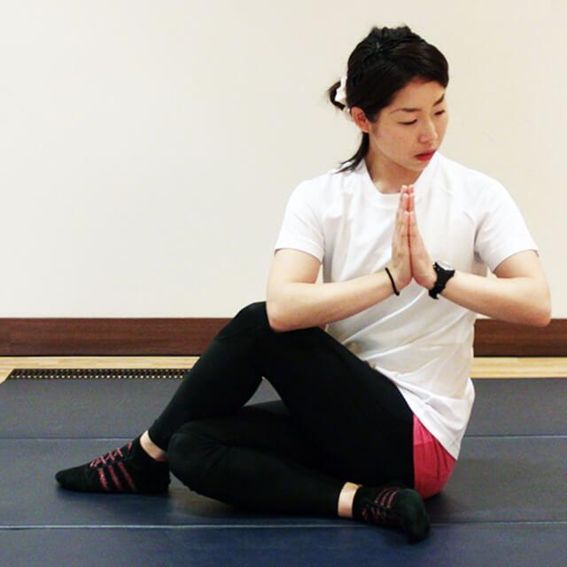 寝る前に簡単にできるお腹の運動「ねじりのポーズ」-02