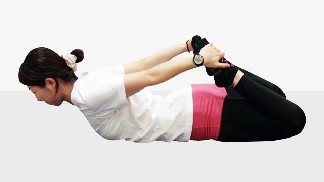 寝る前5分でできる太ももの引き締め「弓のポーズ」-01