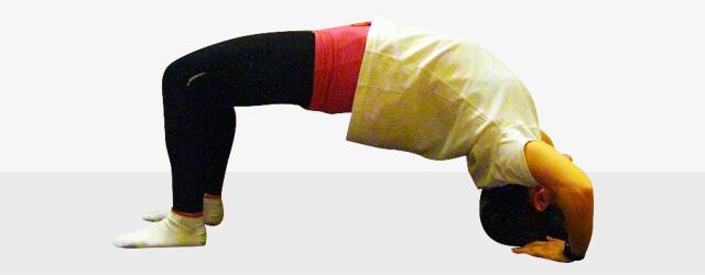 寝る前5分で太ももを引き締めるエクササイズ「アーチのポーズ」-03