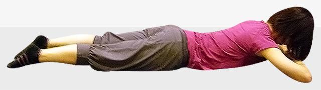 布団の中でできるダイエット「猫背改善エクササイズ」-01