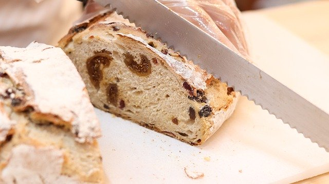 ブレッドナイフとパン