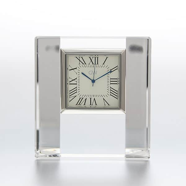 格式高い時計で、特別感を演出。NARUMI グラスワークス デスククロック