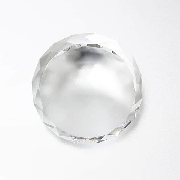 名入れ大きくても上品な印象を与えたい、キラキラ輝く光学ガラス製 ダイヤカットペーパーウエイト