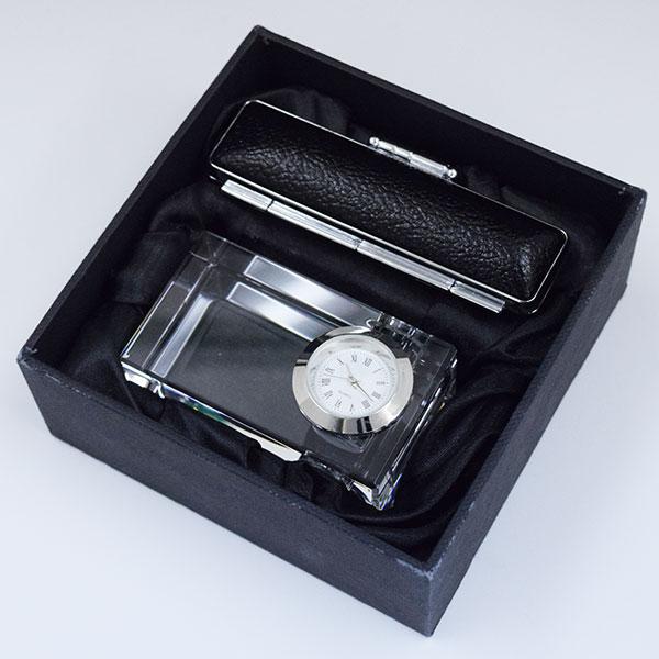 特別感を演出できる最大の武器は個々人にあてたグッズ。クリスタル時計&印鑑セット