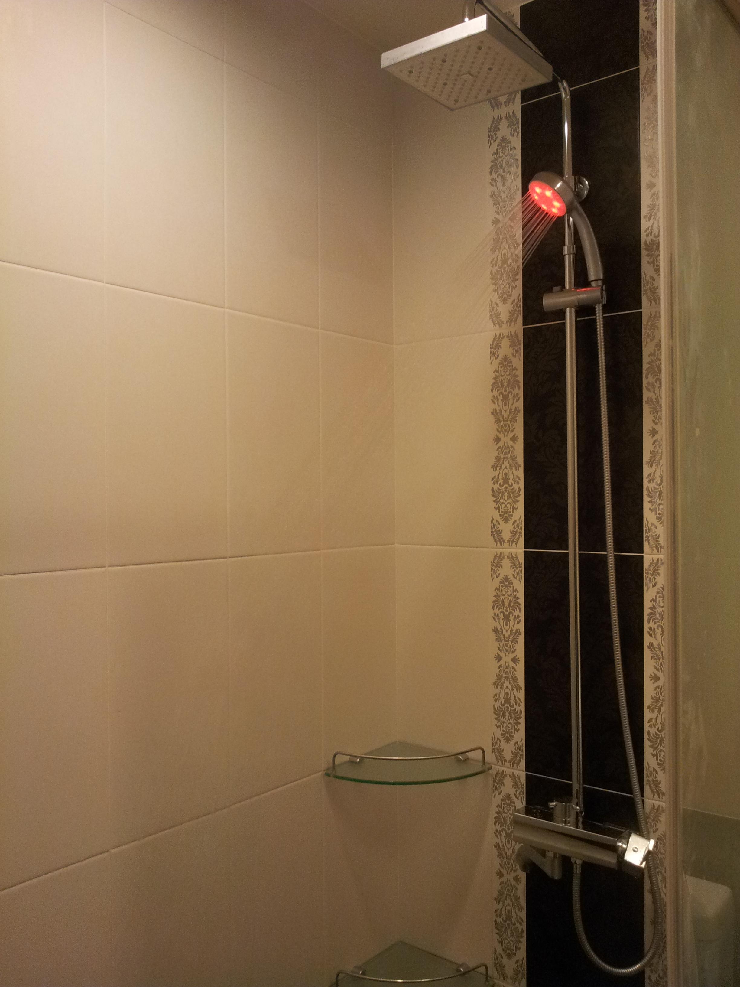 台北住家淋浴間LED燈光蓮蓬頭安裝 (4).jpg
