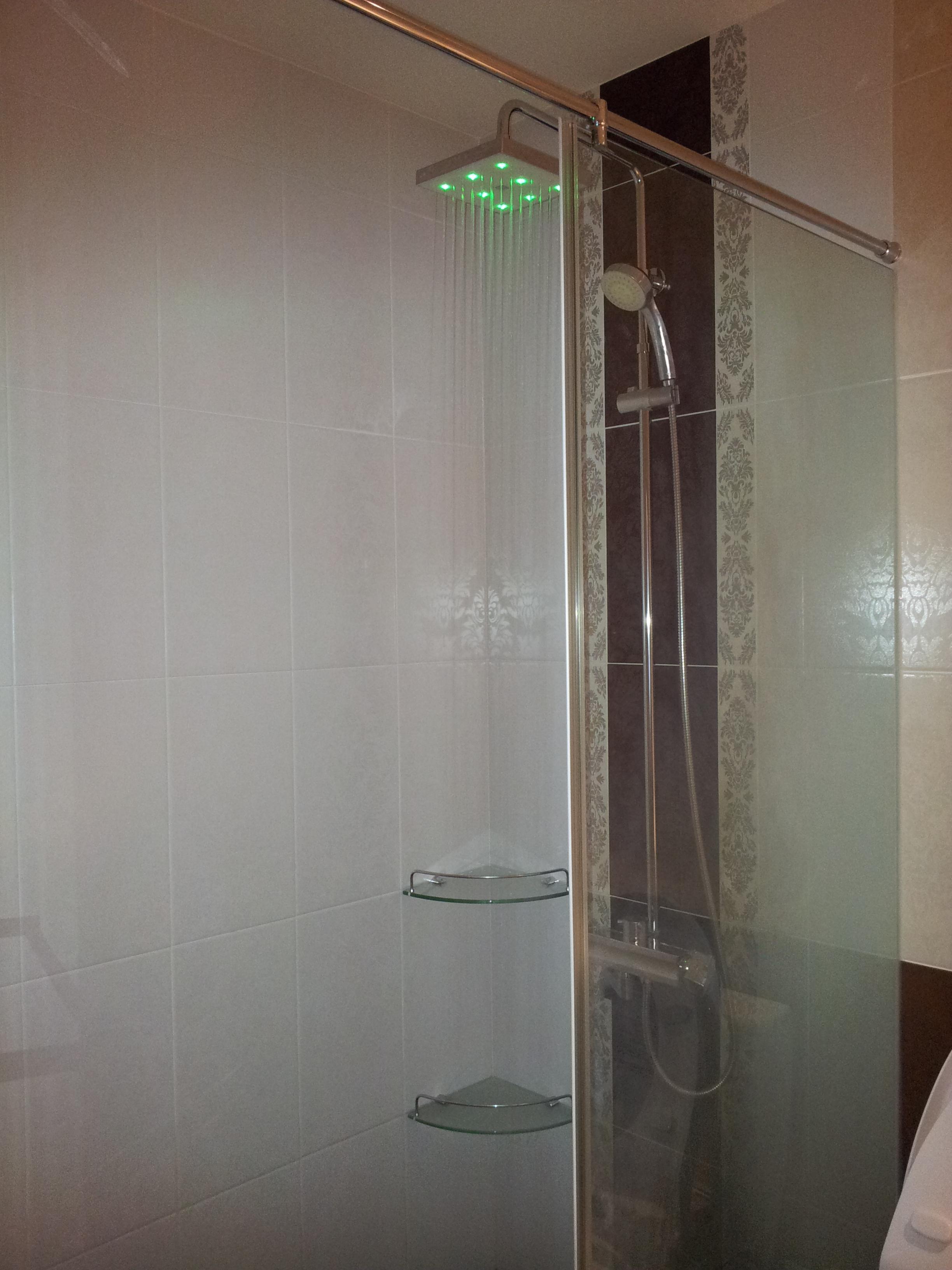 台北住家淋浴間LED燈光蓮蓬頭安裝 (3).jpg