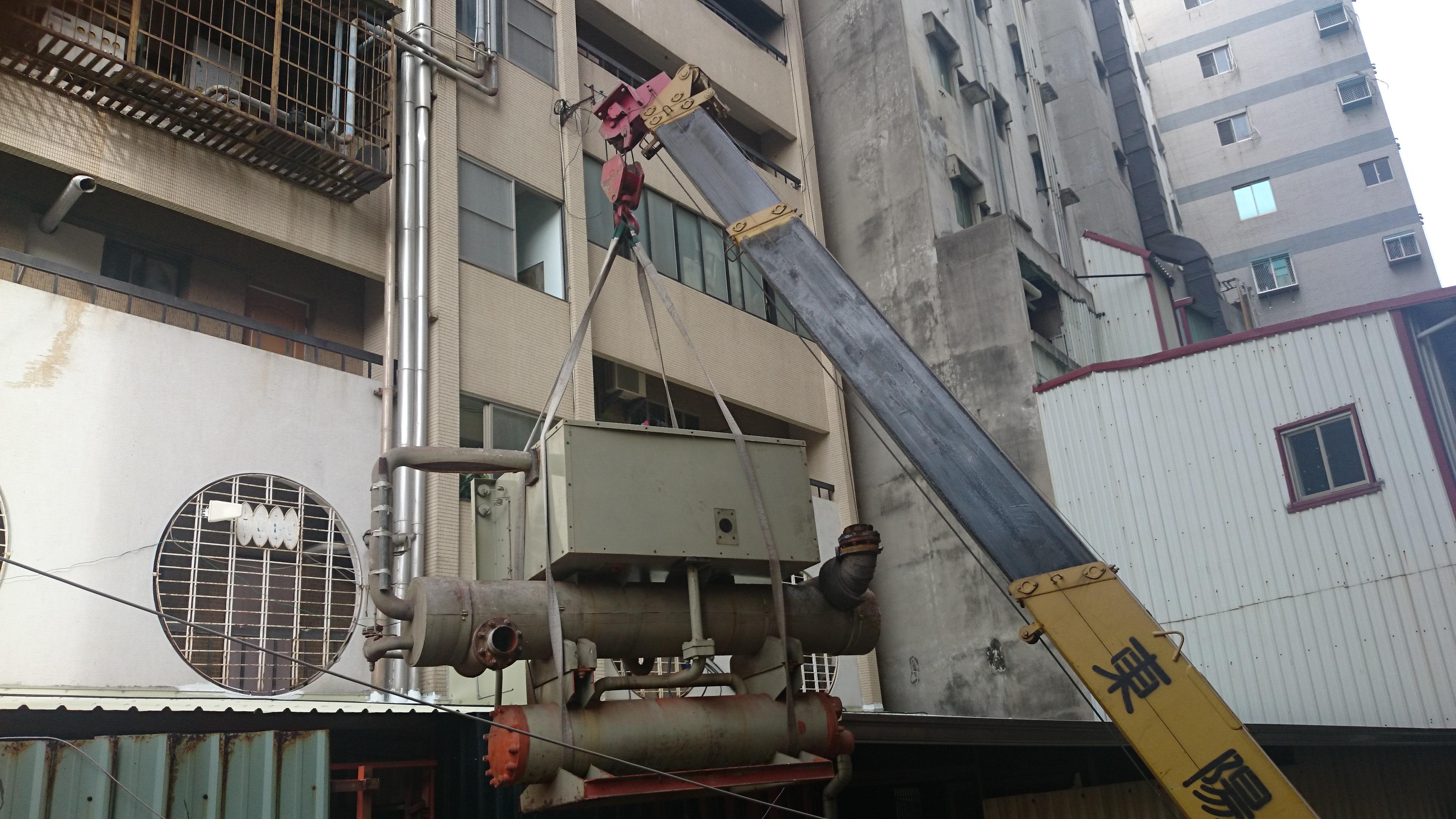 銀行中央空調系統主機汰換-施工前舊主機拆除.JPG
