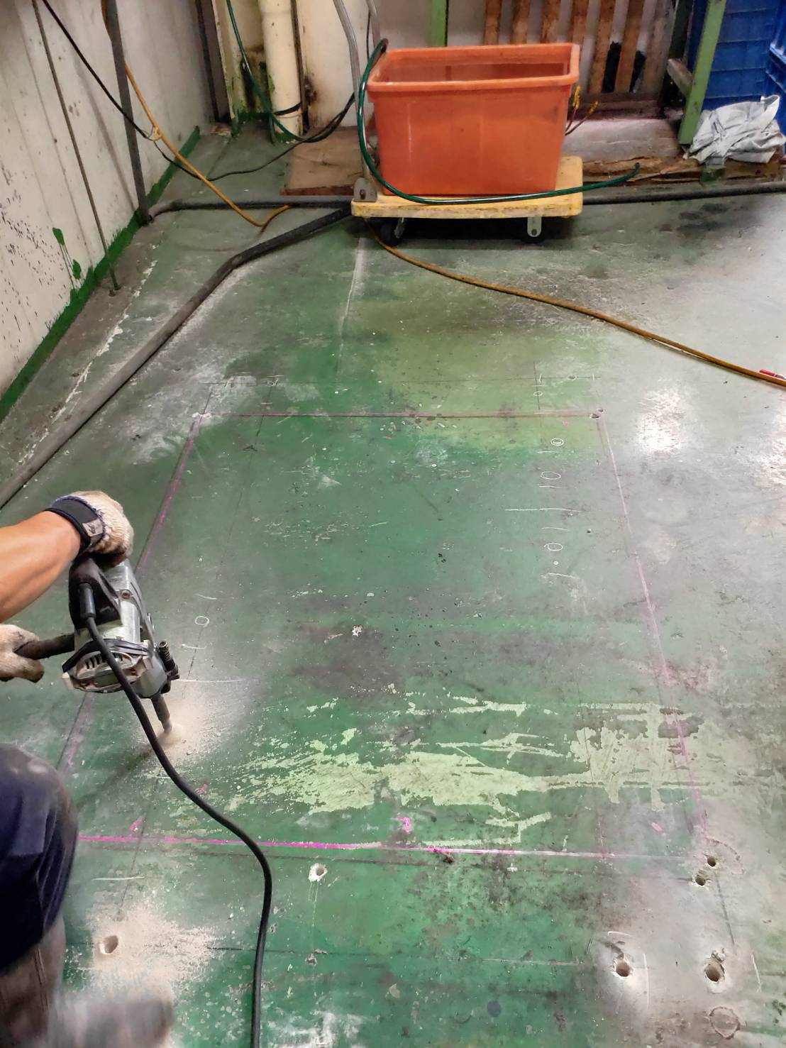 鋼構二樓鋼筋水泥樓板金屬浪板、樓層鋼承板樓梯口開孔切割堆高機配合將切割好樓板卸下至一樓