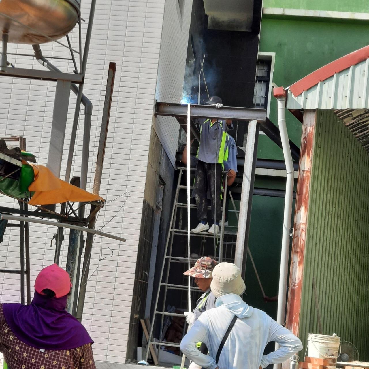 屏東佳墩工程行-遮雨棚H型鋼施工中