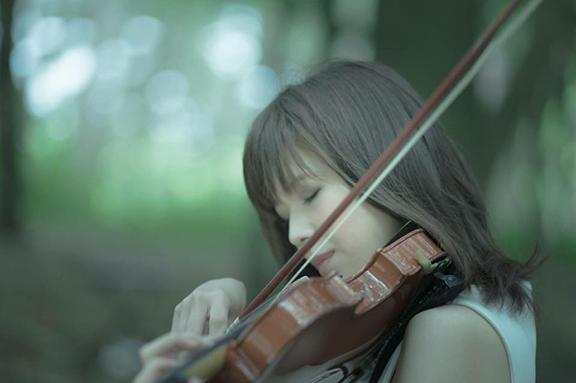 さらにFUKUOKAが文化の香るまちに「女性バイオリニストによる見て触って楽しめるミニコンサートの定期開催」