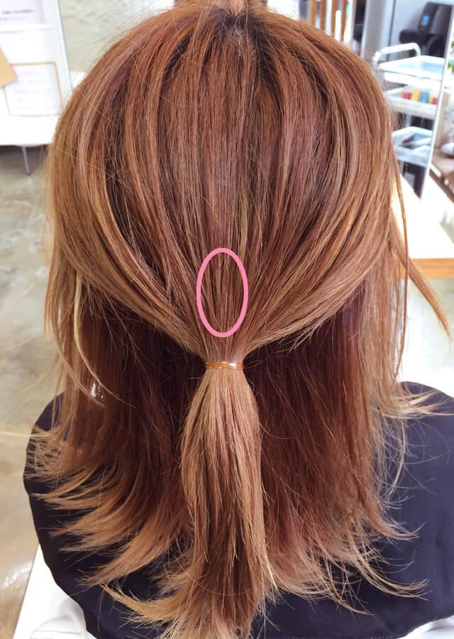 トップの髪を楕円形にブロッキングしてゴムでくくる_2