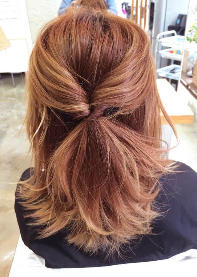 根元を裂いて、上から下に髪を通す