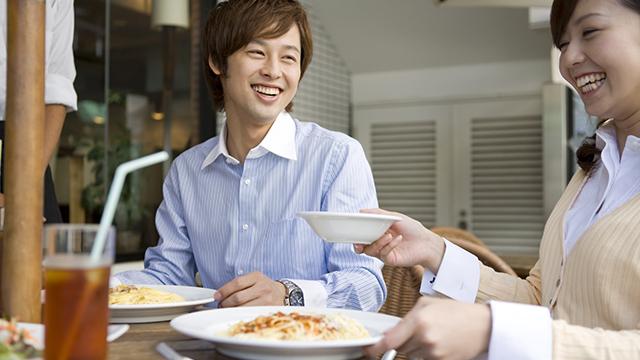 初顔合わせの場所は食事ができるところへ誘う
