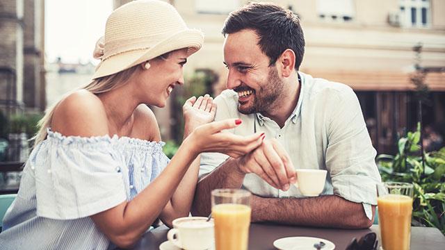 愛される女性は何もかも話したくなる女性!その特徴とは?
