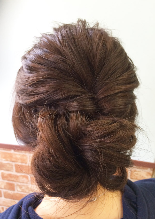 「お昼から夜にかけて変化するヘアアレンジ」の写真【バック】