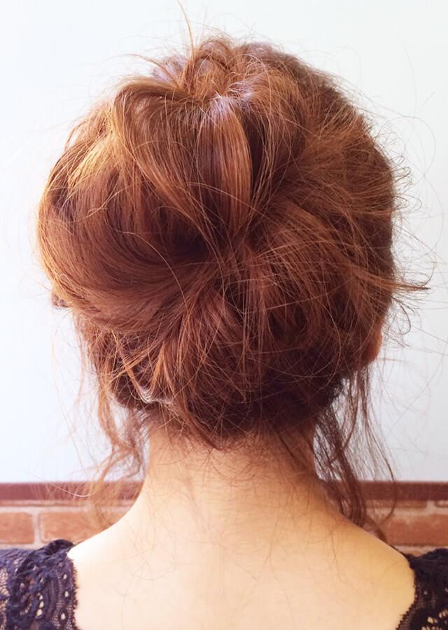 「色っぽすぎるロングヘアアレンジ」の写真【バック】
