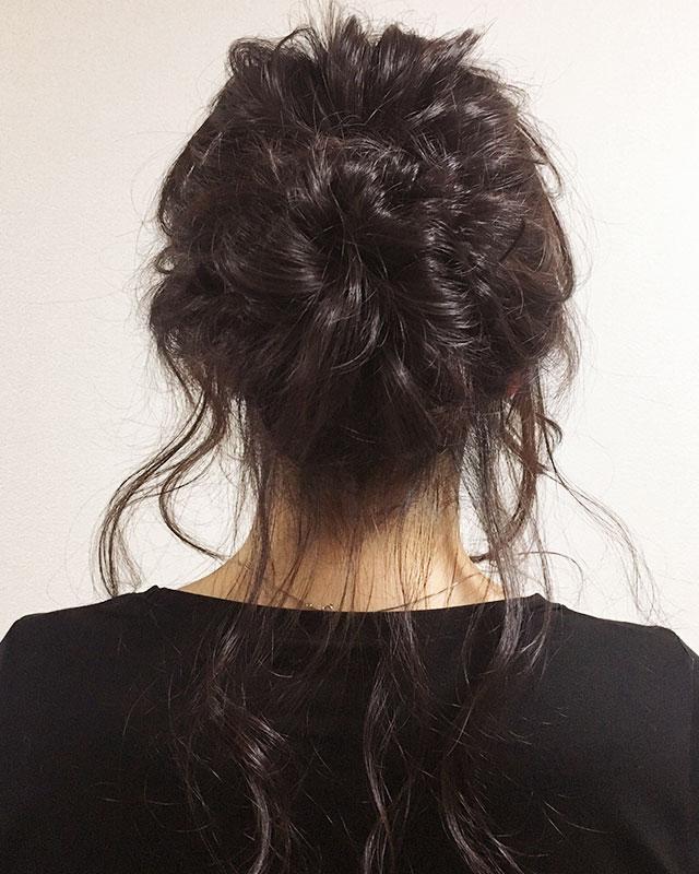 「おくれ毛が可愛いゆるアップスタイル」の写真【バック】