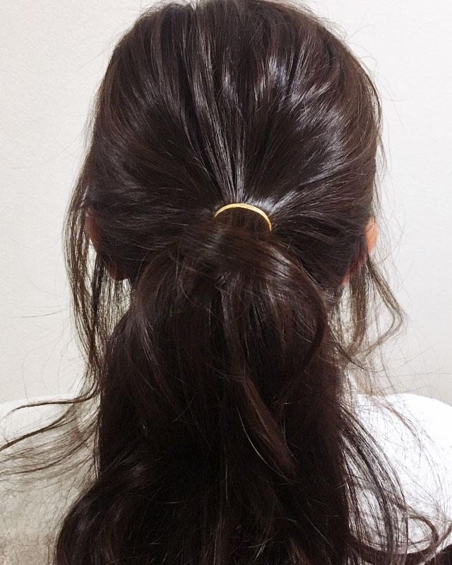「おくれ毛が可愛いゆるアップスタイル」の手順_2