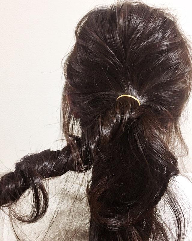 「おくれ毛が可愛いゆるアップスタイル」の手順_4