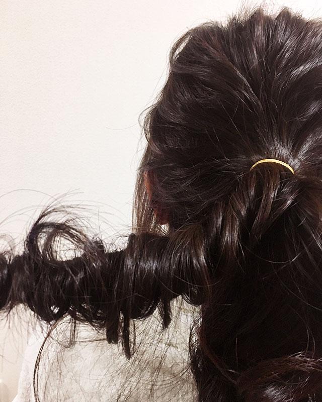 「おくれ毛が可愛いゆるアップスタイル」の手順_5