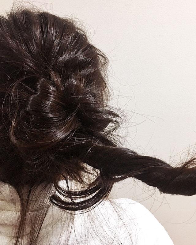 「おくれ毛が可愛いゆるアップスタイル」の手順_7