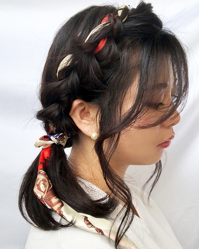 「スカーフの編み込みヘアアレンジ」の写真【サイド】