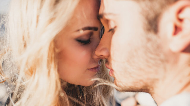 周りの目が気になる大胆なシチュエーションは不人気…女性が一度は夢見るシチュエーションって?