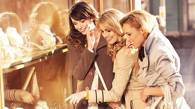 みんなどこで洋服を買っているの!?53%の女性が利用しているところとは…