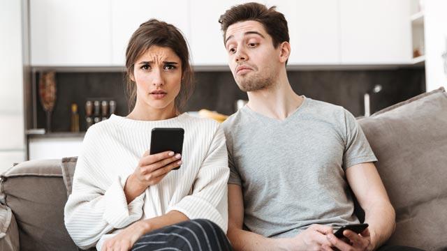 彼女から「携帯見せて」と言われたら見せる?見せない?