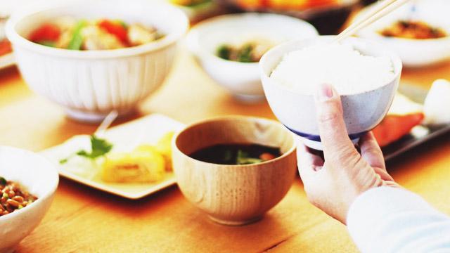 作った料理をおいしいと勢いよく食べてくれる後輩にキュン!