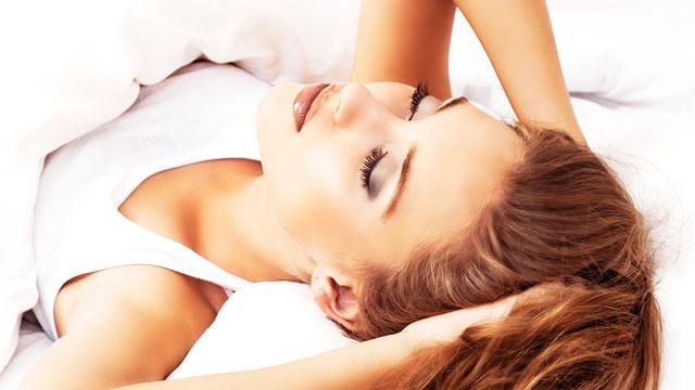 メイクしたまま寝ると起こる肌トラブル…翌朝の緊急お肌ケアで回避!