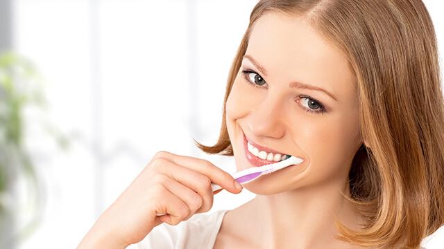 歯を白くする方法!黄ばみの原因と自宅でできるホワイトニング