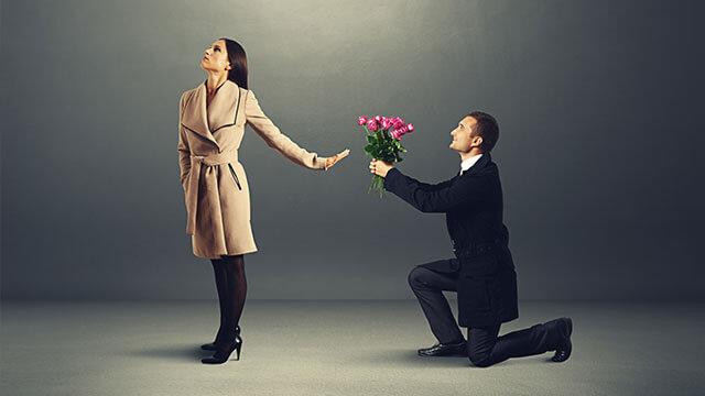 ガードが堅い女性は男性から敬遠されがち!?近寄りがたい女性の特徴とは