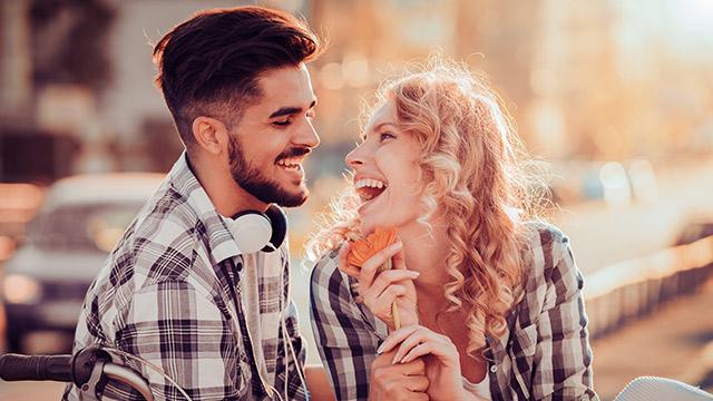 初デートの手を繋ぐタイミングは?自分からのアプローチ法