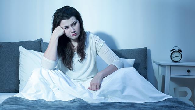 好きな人のことを思うと眠れない?「恋」と「眠り」の関係性とは