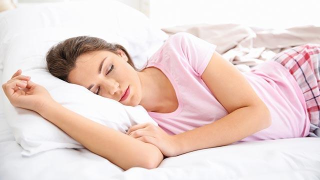 旦那を待つ?それとも先に寝る?結婚生活の満足度の違いは…