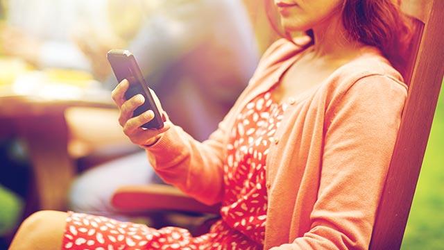 パートナーの携帯をこっそりチェックをしてしまう女性の心理