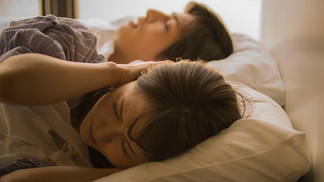 パートナーの寝相に困ってる!?対処法は…