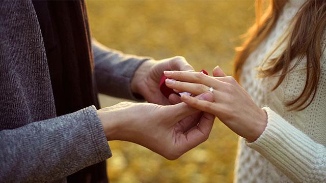 指輪の位置には意味がある!?指ごとの意味を詳しく解説