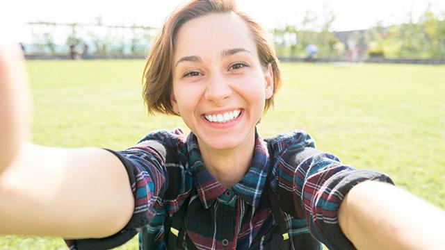 笑顔が可愛い女性は歯を見せて笑う♡モテる笑顔の作り方