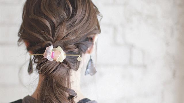 """【忙しい朝にも!】まとめ髪を華やかにする""""プラスひと手間""""で完成のヘアアレンジ"""