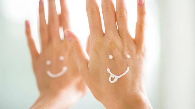 ハンドクリームを塗るだけより効果あり?手袋活用のすすめ♪
