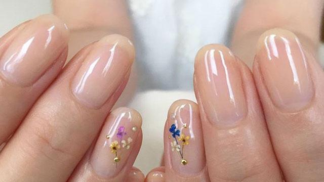 指先に一輪の花をのせて。さりげない女性らしさがポイントの押し花ネイル7選
