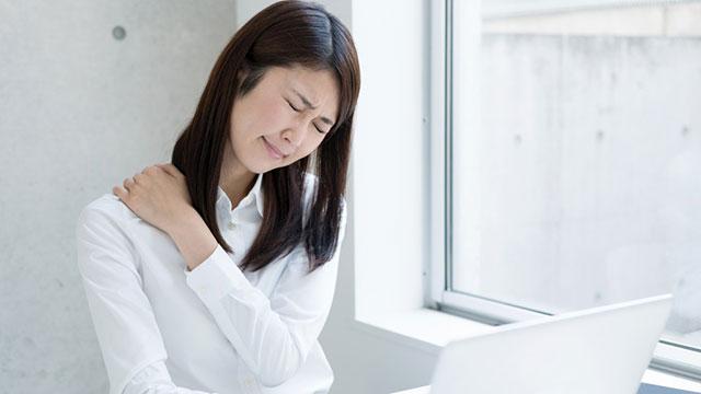 在宅勤務で疲れた肩をどうにかしたい|座ったままでOKの肩こり解消ヨガポーズ3選