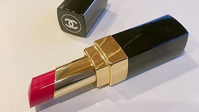 セクシーな色気を放つぷるぷる唇の作り方。使えるアイテムとは?