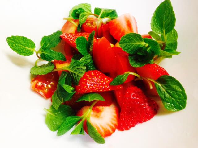 プチトマト&イチゴのミントサラダ・ハニー&オリーブドレッシング